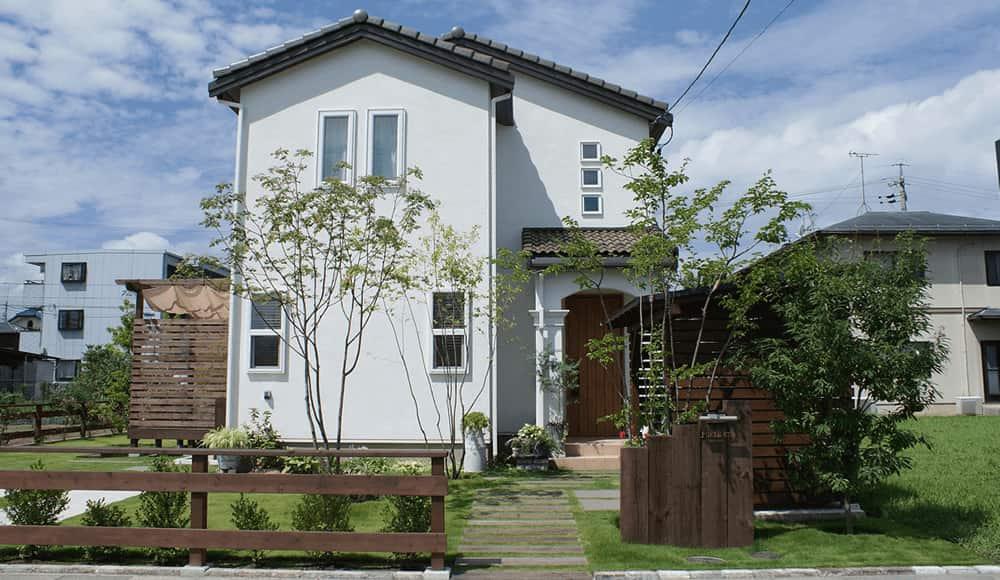 長野市近隣の邸宅別外構工事例 植物と木製品でつくる緑に包まれる空間