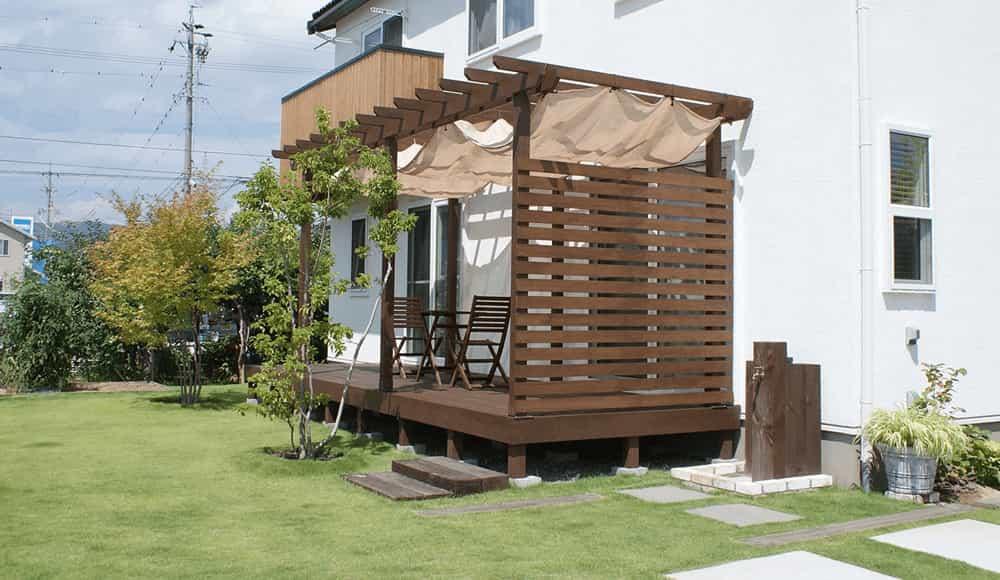 長野市近隣の邸宅別外構工事例 ガーデン&エクステリア施工実例 シンプルな壁で囲むプライベート庭空間