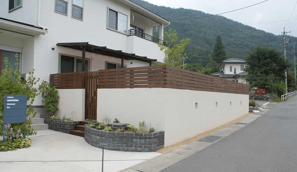 長野市近隣の邸宅別外構工事例 シンプルな塗り壁でつくるクローズ外構