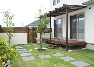 シンプルな壁で囲むプライベート庭空間