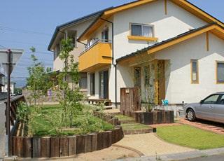 家族がのびのびと楽しめる庭空間