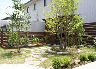 木製物置と菜園がある庭づくり