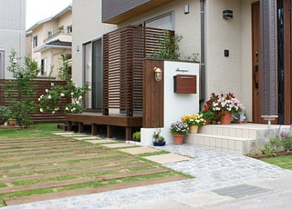 木製の物置&駐輪場があるナチュラルエクステリア