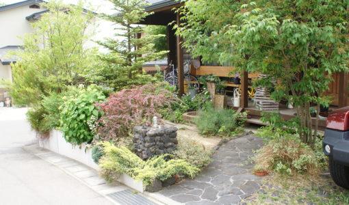 緑の豊富な家の写真
