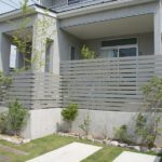 フェンスのある家の写真